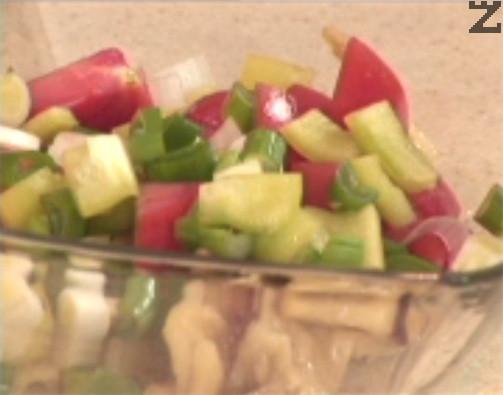 През това време режем на дребни кубченца зеленчуците. Прехвърляме ги в купа, добавяме и наситнените обелени патладжани. Разбъркваме всичко много добре и приготвяме дресинга.