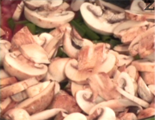 В същата мазнина поставяме нарязани на кубчета домати, пържим за кратко и добавяме едро нарязани чесън и лук и филийки печурки. Посоляваме и слагаме целите клонки пресни подправки.