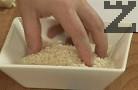 След 1 мин. добавяме ориза, наливаме 150 мл гореща вода. Посоляваме, оттегляме от котлона.