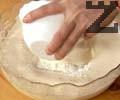 Добавяме брашното със смесен бакпулвер и разбъркваме.