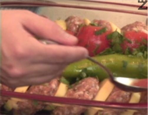 Заливаме със смес от доматено пюре, разредено с 1 ч.ч. студена вода, и 2 щипки сол. Поставяме в средата на силно загрята фурна и печем при температура от 200 градуса за 30-40 мин.