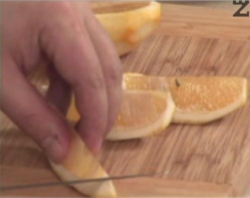 Обелваме жълтата кора на лимона и филетираме сърцевината му.