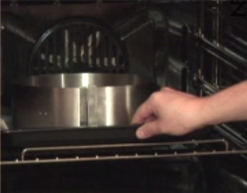 Печем на 150 градуса за 20 мин. По същия начин се оформя и изпича и останалото тесто така, че да се получат общо 4 платки. Изчакват се да изстинат напълно.
