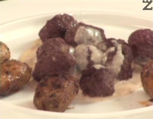 Поднасяме ястието горещо, с печени пресни картофки и сладко от червени боровинки.