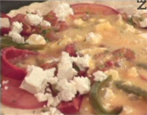 По същия начин подготвяме и втората пица. Поставяме ги в предварително затоплена фурна и ги печем на 180 градуса за около 20 мин.