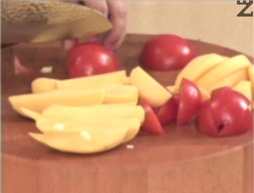 Режем картофи и домати на четвъртинки и ги прибавяме към вече омекналото месо.
