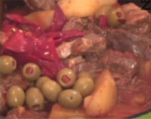 Добавяме нарязани печени чушки и цели маслини и варим още 5 мин. По желание може да поръсим с пресен магданоз. Поднасяме ястието, докато е още горещо.