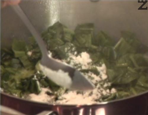 Изчакваме зеленчуците да се задушат за 5 мин. под капак, след което поръсваме с брашно. Разбъркваме енергично, добавяме настъргано индийско орехче.