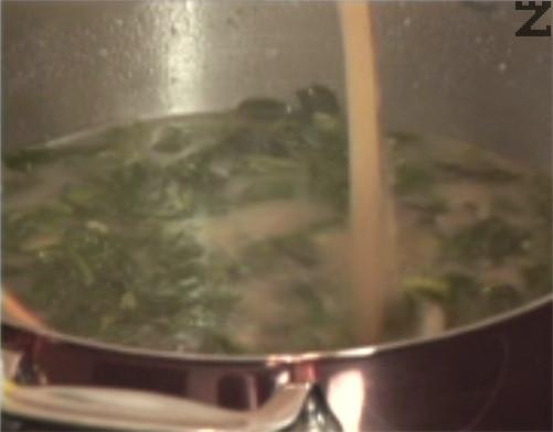 След кратко запържване, разреждаме постепенно с телешки бульон, като енергично разбъркваме. Оставяме супата да ври 15-20 мин. на бавен огън под капак. В самия край поръсваме с черен пипер по желание и изключваме котлона.