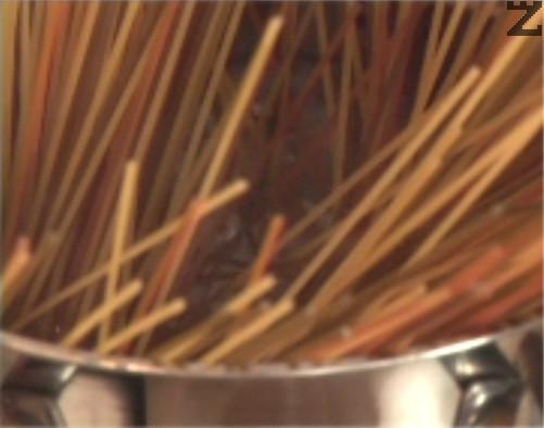 Сваряваме спагети в 5 л подсолена вода, за 8-12 мин.