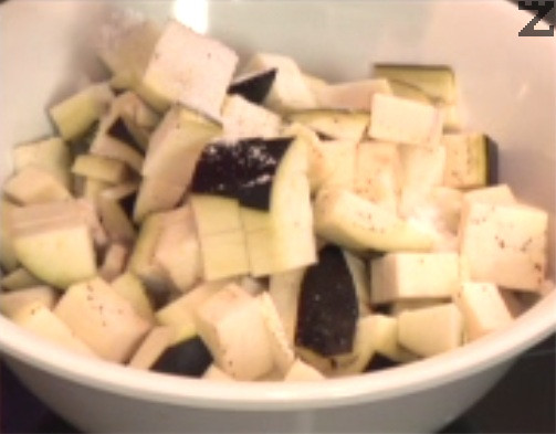 Обелваме частично патладжани и ги нарязваме на дребни кубчета. Поставяме в купа и обилно поръсваме с 2 ч.л. сол. Заливаме с вода и лимонов сок по желание и оставяме за поне 20 мин. да се отцеди горчивия сок.