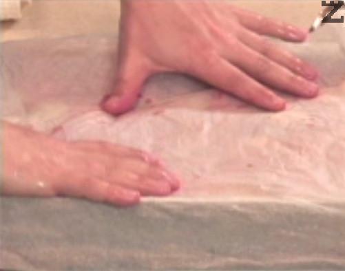 Покриваме с намокрена хартия за печене и поставяме в средата или ниската част на силно сгорещена фурна. Печем на 200 градуса за 60-90 мин. Ястието може да се консумира и горещо, и студено.