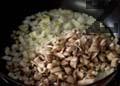 Нарязваме кромид лук и печурки на ситно. Загряваме олио и запържваме нарязания кромид лук за 1 мин. Нарязваме чесън и го слагаме в тигана, прибавяме нарязаните гъби и ги запържваме за 3-4 мин.