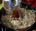 Разбъркваме, поръсваме със сол и черен пипер и запържваме 1-2 мин. Добавяме ориза и продължаваме да разбъркваме. Наливаме малко вода и изчакваме течността да се редуцира за 2-3 мин. Оттегляме от котлона и оставяме плънката да се охлади.