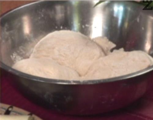 Омесваме тесто и го оставяме да почине за кратко.