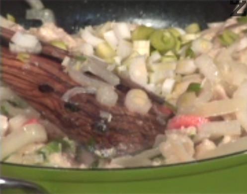 Режем пресен лук и чесън на ситно и прехвърляме към продуктите за плънката. Добавяме ориз, разбъркваме и запържваме леко. Периодично наливаме общо 200-300 мл вода и пържим на бавен огън, като изчакваме зеленчуците да омекнат напълно и ориза да стане стъклен.