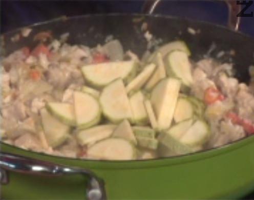 Добавяме и тиквичките, посоляваме, поръсваме с черен пипер. Разбъркаме, прибавяме нарязани на ситно пресни подправки, в самия край слагаме стерилизирани домати.