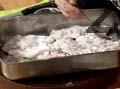 Посоляваме дроба и го овалваме в брашно. Прехвърляме го в тавичка, поливаме с малко вода. Печем във фурна, загрята на 200 градуса, около 10-15 мин.