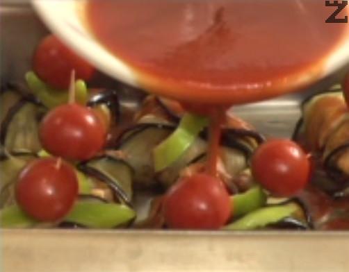 Разреждаме доматено пюре с 1 ч.ч. хладка вода /150-180 мл/. Посоляваме, поръсваме с щипка захар, разбъркваме добре и поливаме върху сармичките. Поставяме в средата на предварително затоплена фурна. Печем на 180 градуса до 20 мин.