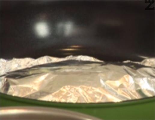 Загряваме тиган на котлона на максималната степен и слагаме пакетчето в него. След като започне да пуши и да се разширява, отстраняваме от огъня и поставяме във фурната. Печем на 150 градуса за 7-8 мин.