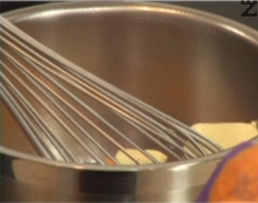Приготвяме бъркани яйца. В тенджерка слагаме масло и след като се сгорещи, добавяме яйца и разбъркваме на котлона с готварски тел. Посоляваме, поръсваме с черен пипер, добавяме и нарязани гъби. Разбъркваме енергично за около 1 мин., за да се получи гладка смес. Оттегляме от котлона.