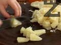 Нарязваме почистеното от кората помело на две. Отделяме парчетата и почистваме ципите. Нарязваме ги на триъгълни парчета.