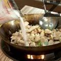 Разбъркваме и изсипваме пилешкото месо. Поръсваме с кафява захар и добавяме рибен сос. Наливаме кокосово мляко, прибавяме сух босилек и разбъркваме. Сервираме пилето със сос върху канапе от сварен ориз.