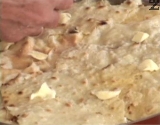 След като се изпече, надупчваме баницата отново с нож и напръскваме с вода. По желание след това заливаме топлата баница със студен сироп, който се приготвя като се кипне 60 мл вода със 60 гр захар. Покриваме с кърпа и обръщаме върху две купички, за да изпръхне. От корите могат да се приготвят 2 б
