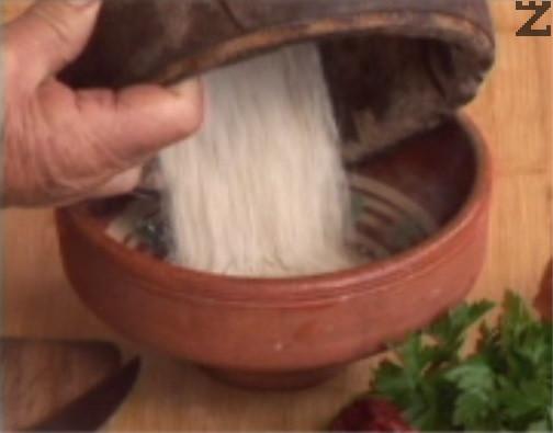Счукваме суров боб и го прехвърляме в купа.