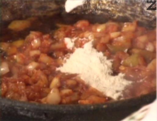 Поръсваме с червен пипер, разбъркваме и добавяме брашно.