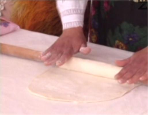 Замесваме тесто от брашното, щипка сол, олио и вода, колкото поеме. Разделяме тестото на 3 части, които разточваме на кори.