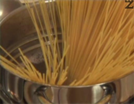 Сваряваме спагети в подсолена вода.