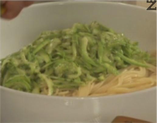След като сварим спагетите, ги прехвърляме в дълбока купа, без да ги отцеждаме напълно. Към тях прибавяме тиквичките и разбъркваме добре. Поливаме със соса и поднасяме.