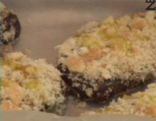 Панираме патладжаните последователно в брашно, яйца и галета, след което ги редим в тава, с хартия за печене на дъното. Поливаме обилно със зехтин и поставяме в средата на предварително затоплена фурна. Печем на 180 градуса в продължение на 20-30 мин. Поднасяме с прясна салата.