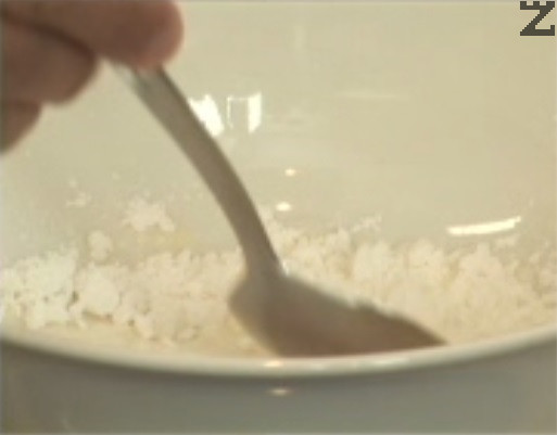 Разреждаме готов пудинг с 3 с.л. студено прясно мляко. Разбъркваме много добре, докато крема се разтвори.