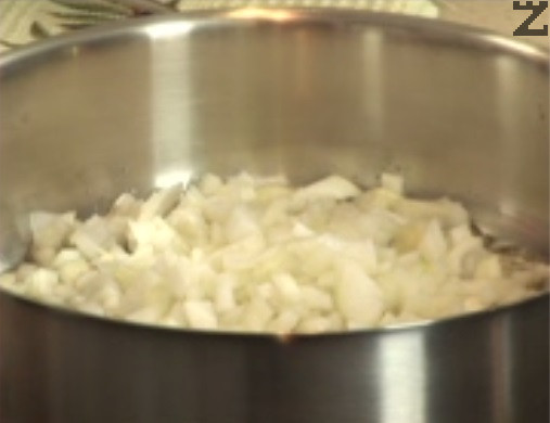 Нарязваме кромид лук на ситно и го задушаваме в зехтин за кратко.
