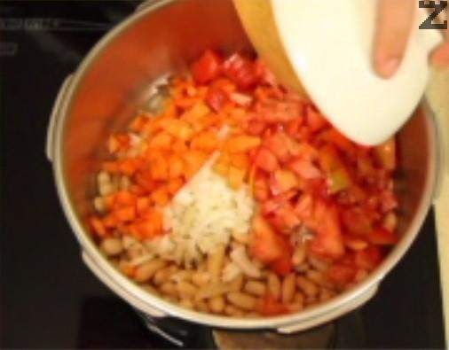 Добавяме нарязани лук, морков и домат.