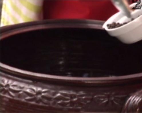 На дъното на глинен съд слагаме дафинов лист, зърна черен пипер и бахар, скилидки чесън. Добавяме нарязан на четвъртинки кромид лук.