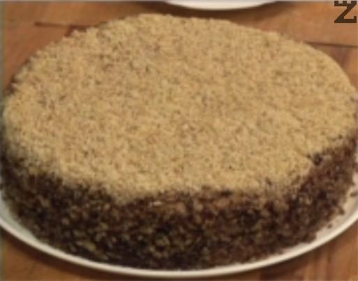 Поръсваме със смлени орехи отгоре и отстрани, оставяме тортата в хладилник за 1 нощ, за да омекнат корите. Съхраняваме тортата в хладилник.