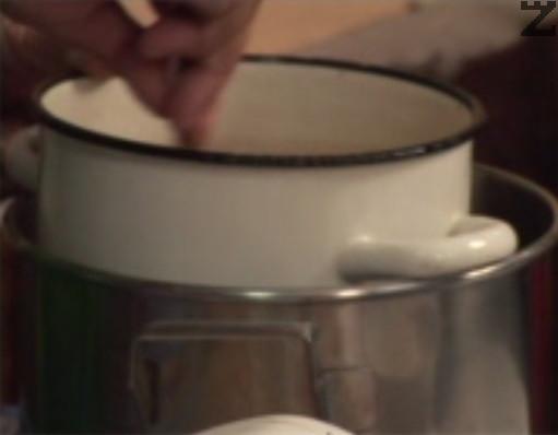Едва тогава махаме от котлона и постепенно слагаме предварително пресято брашно, докато бъркаме непрекъснато.