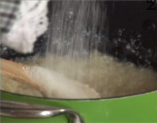 След като се свари, слагаме маргарин и поръсваме със захар на вкус.