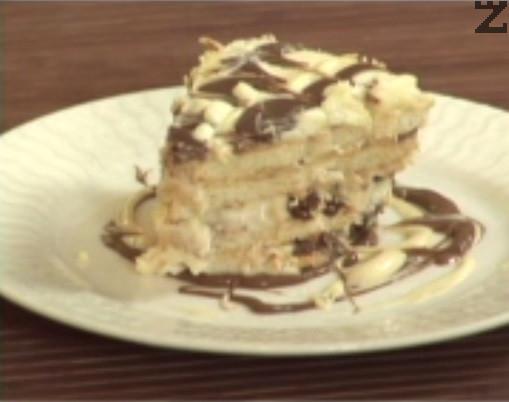 Оставяме тортата в хладилник за 4-5 часа, след което я нарязваме на парчета и поднасяме.