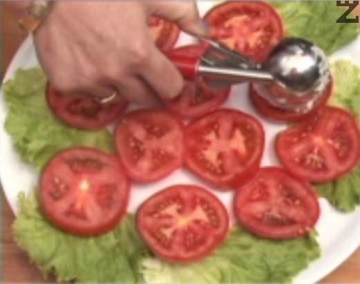 Поднасяме предястието върху канапе от салата и нарязани на филийки домати. Декорираме с маслини и листенца магданоз. Поднасяме с ракия или бяло вино.