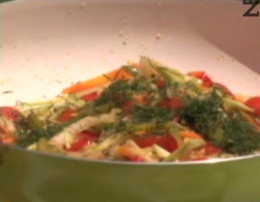 Сотираме за няколко минути и след като са напълно готови, поръсваме с наситнен копър. Поднасяме телешкия стек със сотирани зеленчуци отстрани. Поливаме със соса и сервираме.