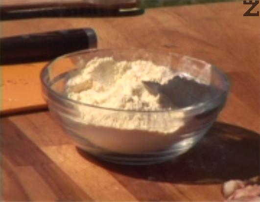 В купичка с брашно поръсваме със сол на вкус, натрошаваме бисквити. Овалваме рибата и я запържваме за кратко в сгорещено олио.