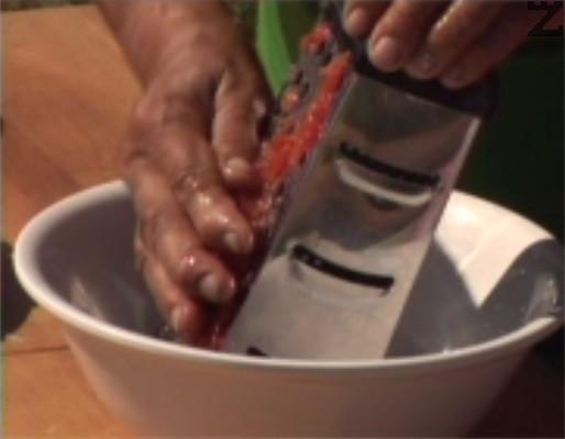 Обелваме домати и ги настъргваме на едро ренде.