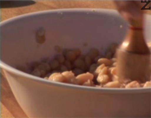 """В купа прехвърляме сварен боб и леко го намачкваме /""""скълцваме""""/."""