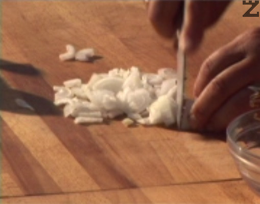 В друг съд слагаме наситнен кромид лук, посоляваме, стриваме и него.
