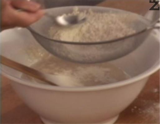 Добавяме брашно, което на момента пресяваме.