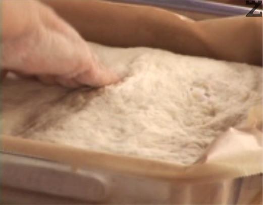 Поставяме питката в тава, покрита с хартия за печене.